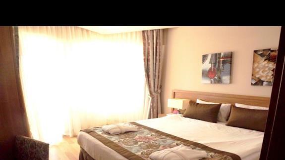 sypialnia w pokoju rodzinnym w hotelu Ramada Resort Lara