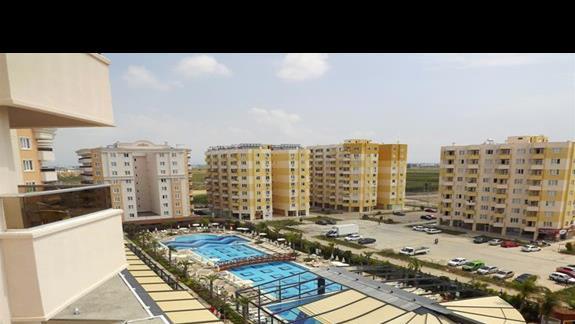Widok na basen w hotelu Ramada Resort Lara