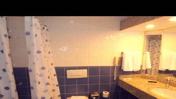 Lazienka w pokoju przystosowanym dla niepelnosprawnych w hotelu Pegasos Resort