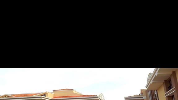 Wyjscie z budynku glównego w strone basenów w hotelu Turan Prince Residence