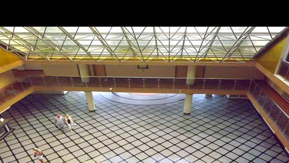Hall widziany z góry w hotelu Holiday Park Resort