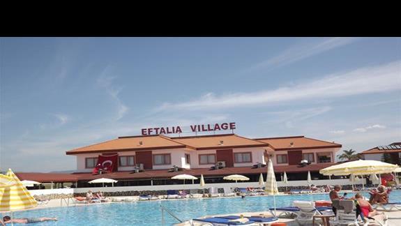 Basen rekreacyjny i budynek glówny w hotelu Eftalia Village
