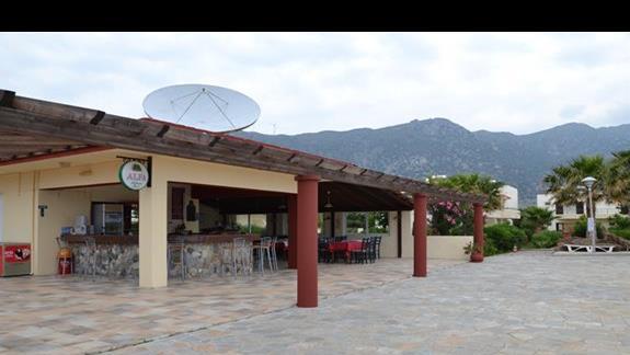 Bar przy basenie hotelu Akti Beach Club