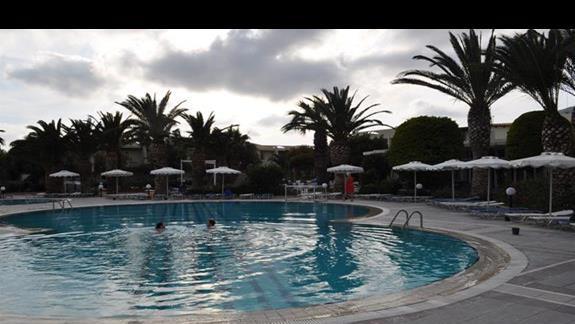 Teren hotelowy z basenem