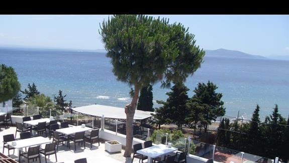 Widok z tarasu hotelu Feye Pinera