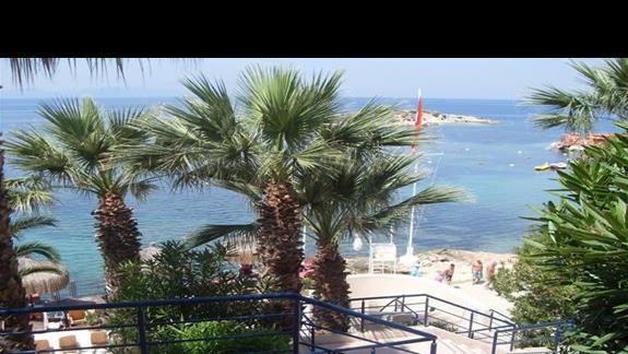 zejscie schodami na plaze hotelu Grand Blue Sky
