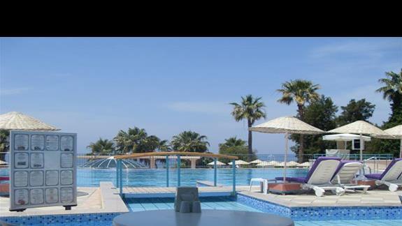 widok na basen ze snack baru w hotelu Grand Blue Sky