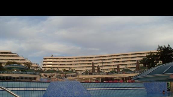 widok na tarasowy basen hotelu Grand Blue Sky