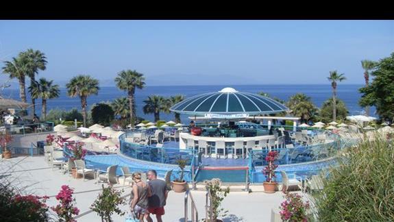 widok na bar przy basenie hotelu Grand Blue Sky