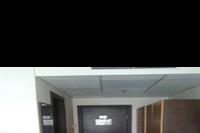 Hotel Izola Paradise - widok na wejscie do pokoju, dwie duze szafy z wieszakami.