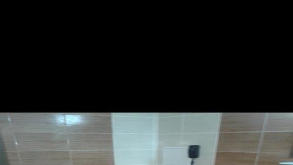lazienka, z drugiej strony byl prysznic, wieszak na recznik i krzeslo. Czysto.