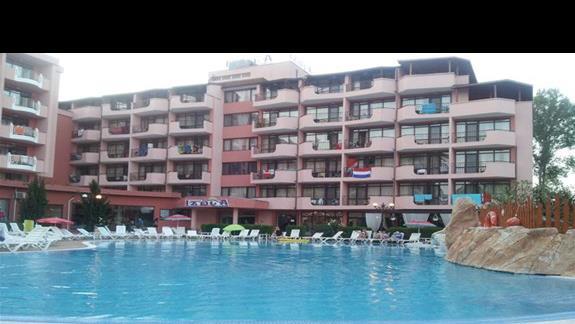 basen, z widokiem na budynki hotelu