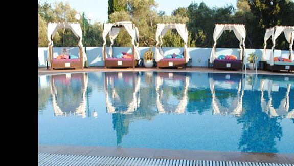 basen hotelowy glówny ( ogólem basenów naliczylam 4, wiec nie jest tloczno ) - z fajnymi i wygodnymi lózkami, latwo mozna sie ochronic przed sloncem