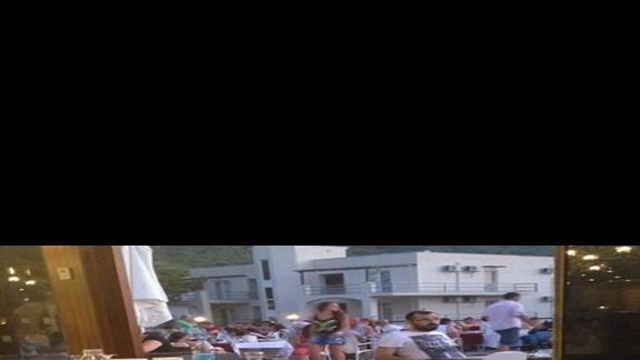 stoly w restauracji podczas kolacji (staly niesprzatniete) a goscie nie mieli gdzie jesc
