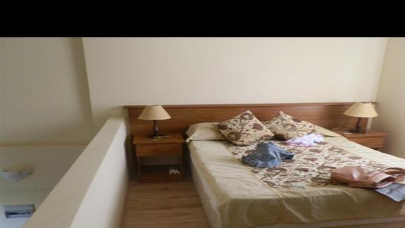 sypialnia na górze w bungalowie