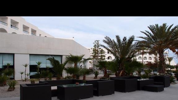 Czesc kawiarni przy basenie