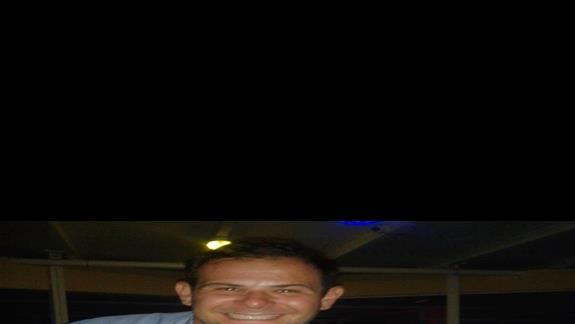NIKOS -barman, jak widac wesoly, serwujacy super drinki, uprzejmy.