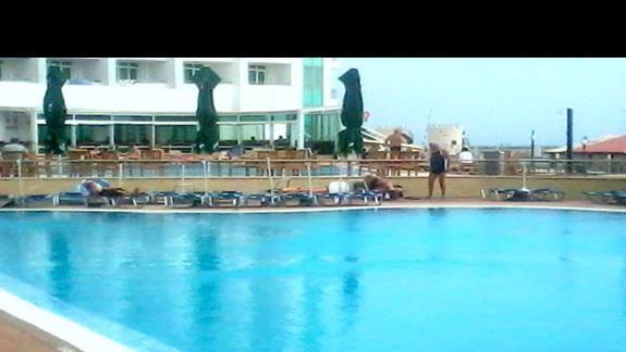 Basen przy hotelu Berlin Golden Beach