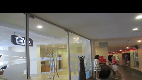 Kefaluka Resort aleja ze sklepami