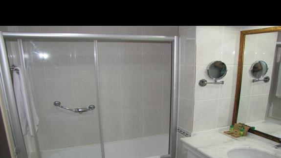Lazienka-wanna polazona z prysznicem.