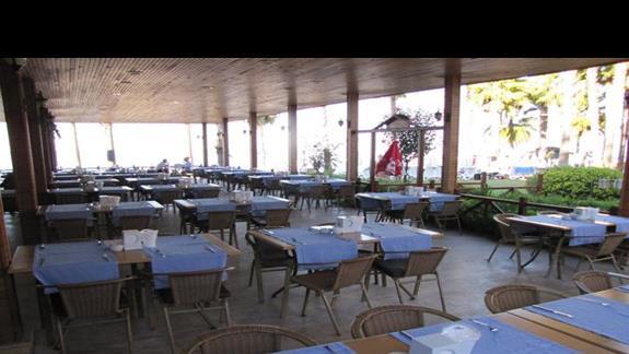 Restauracja w ogrodzie.