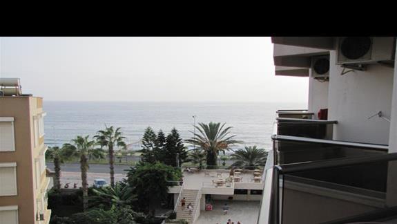 Widok z balkonu. Boczny widok na morze.