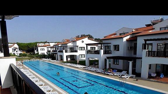 Widok z balkonu - mniejszy basen