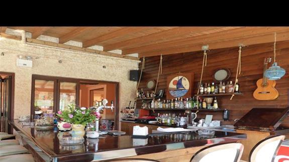 Bar w hotelu Akti Arilla