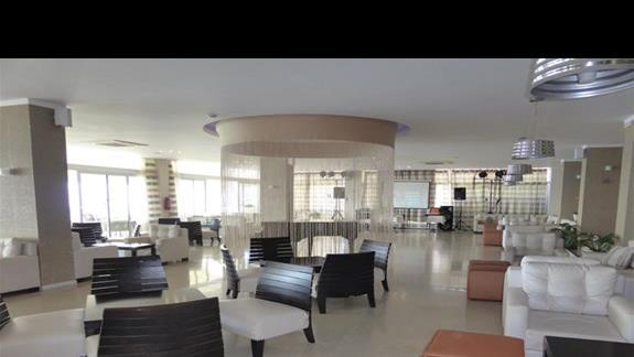 Lobby w hotelu Aquis Agios Gordios