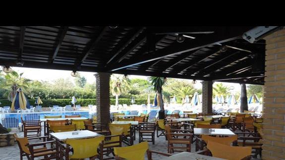 Bar przy basenie w hotelu Angela Beach