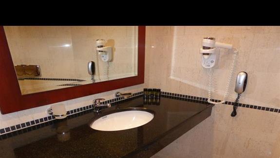 Lazienka w pokoju standardowym w hotelu Mitsis Roda Beach Resort