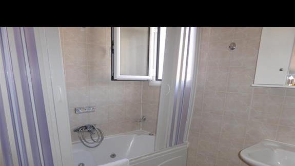 Lazienka w pokoju standardowym w hotelu Cyprotel Almyros