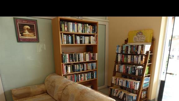 Biblioteczka w lobby w hotelu Eriva