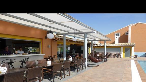Bar przy basenie w hotelu Memento Kassiopi Resort
