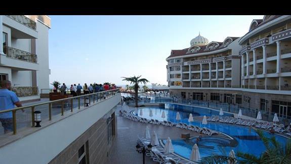 Basen główny w Kirman Belazur Resort