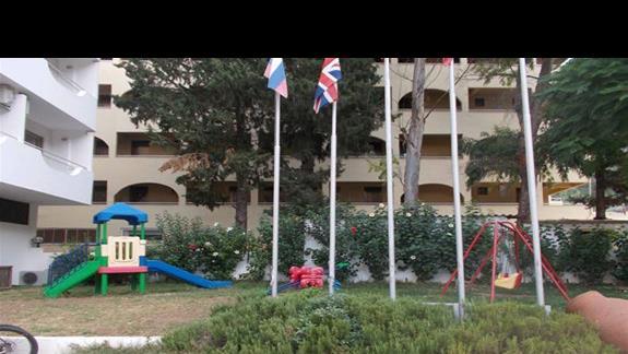 Plac zabaw przed hotelem