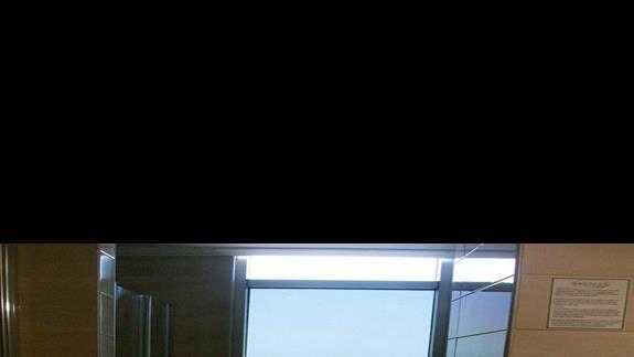 Łazienka i widok z łazienki w Dizalya Palm Garden (pokój rodzinny)