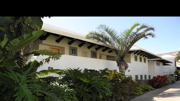"""""""domki nadmorskie"""" (pawilony blizej plaży) w ogrodzie hotelu Melia Gorriones"""