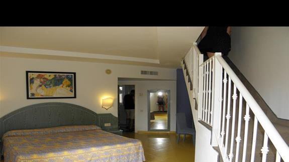 Jeden poziom z pokoju duplex skladajacego sie z dwóch identycznych pokoi na dwóch poziomach w hotelu Drago Park