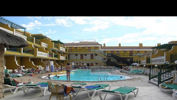 Basen aparthotelu Caleta Garden