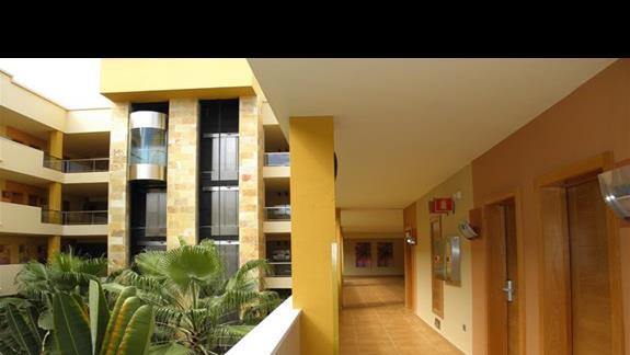 Korytarze w hotelu Elba Carlota 1