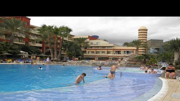 Duze jazuzzi wydzielone z basenu glównego w hotelu Elba Carlota