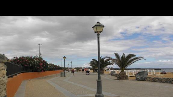 Promenada oddzielajaca hotel Elba Carlota od plazy