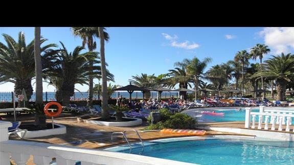 Baseny z widokiem na plaze i ocean w hotelu Sol Lanzarote