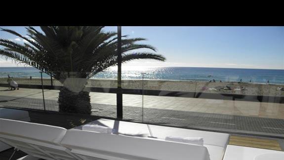 Lózka relaksacyjne ogólnodostepnego baru przy basenach w hotelu Sol Lanzarote