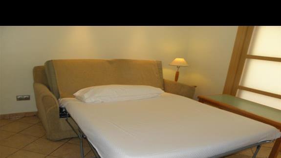Rozlozona kanapa (dostawka) w salonie apartamentu hotelu Sol Lanzarote