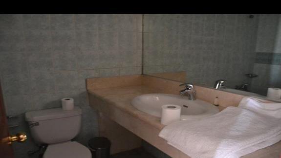 Łazienka w pokoju w hotelu Evripides