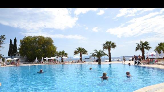 Basen w hotelu Vera TMT Resort