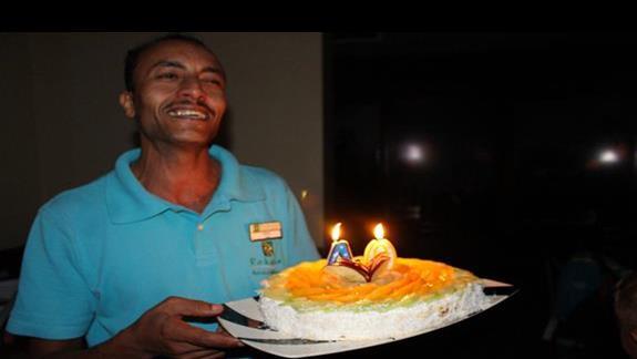 Nasz ,,czlowiek,, z tortem urodzinowym...polecamy tego kelnera