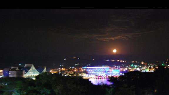 widok z okna w nocy